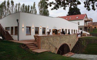 Hotel Eisenberg eb weinkeller terrasse 400x250 - Startseite