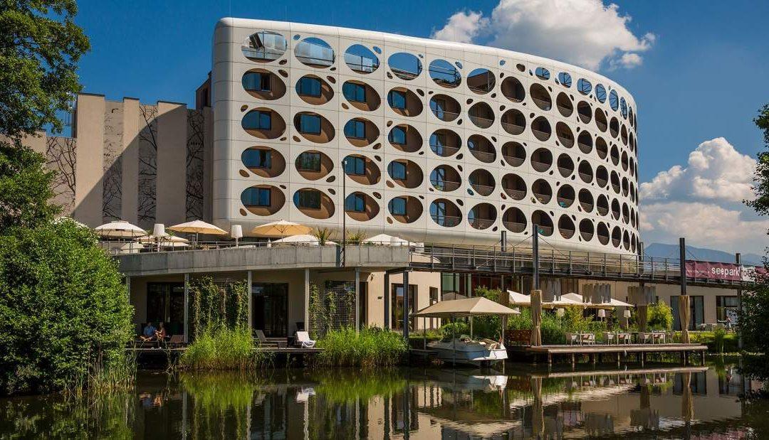 Seepark Außen Fassade mit Spiegel im Wasser avida.at neu 1080x619 - Partner