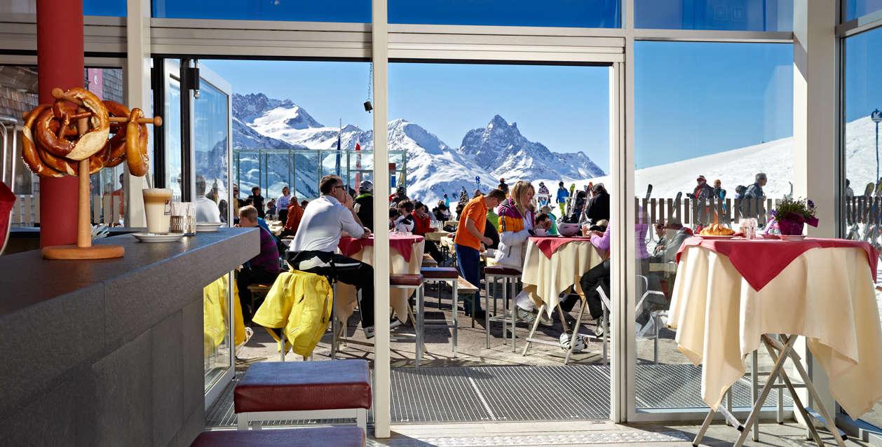 ein schnapserl in der patteriol bar c arlberger bergbahnen ski arlberg - Arlberg: Genuss-Treff für Ski- & Hauben-Fans