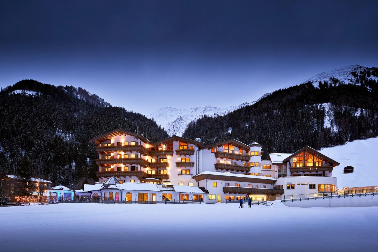 perfekte lage in den verschneiten hintertuxer bergen c michael huber das adler inn   tyrol mountain resort - Zillertal: Winter-Resort für neugierige Anders-Urlauber