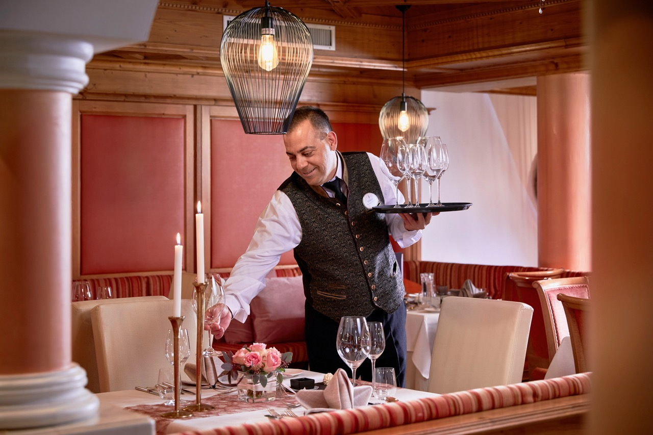 professioneller service im restaurant c michael huber das adler inn   tyrol mountain resort - Zillertal: Winter-Resort für neugierige Anders-Urlauber