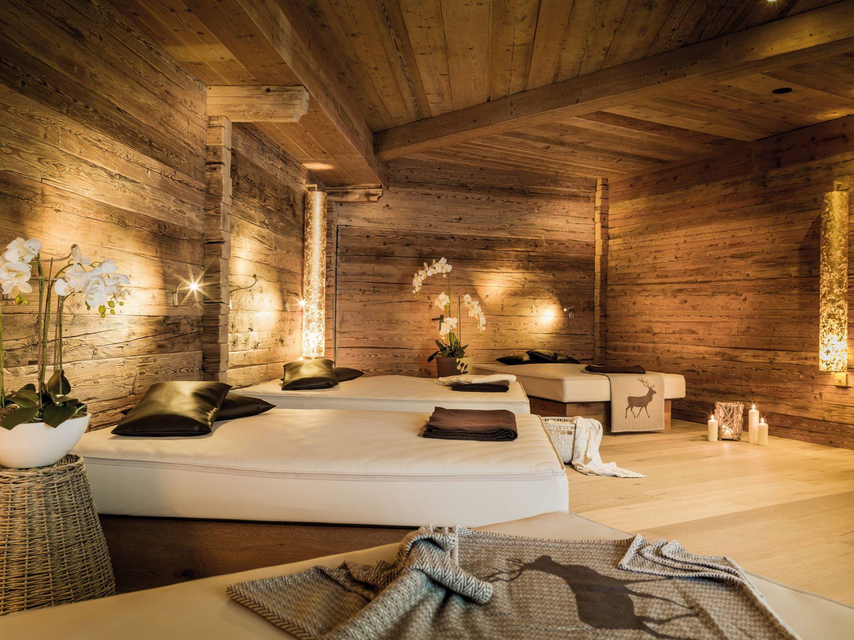 spa bereich mit entspannender atmosphaere c foto atelier wolkersdorfer das rieser - Winternacht geschenkt am Achensee