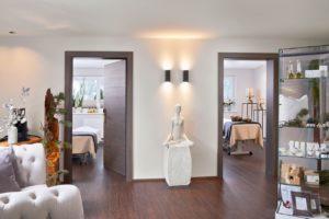 vitallounge mit modernen massageraeumen c michael huber das adler inn   tyrol mountain resort 300x200 - Zillertal: Winter-Resort für neugierige Anders-Urlauber
