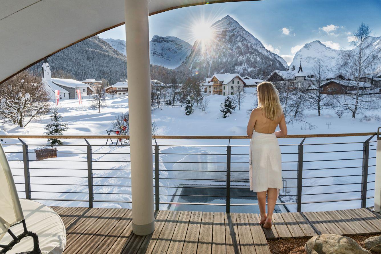 wellnessbereich mit aussicht auf die verschneite winterlandschaft c foto atelier wolkersdorfer das rieser - Winternacht geschenkt am Achensee