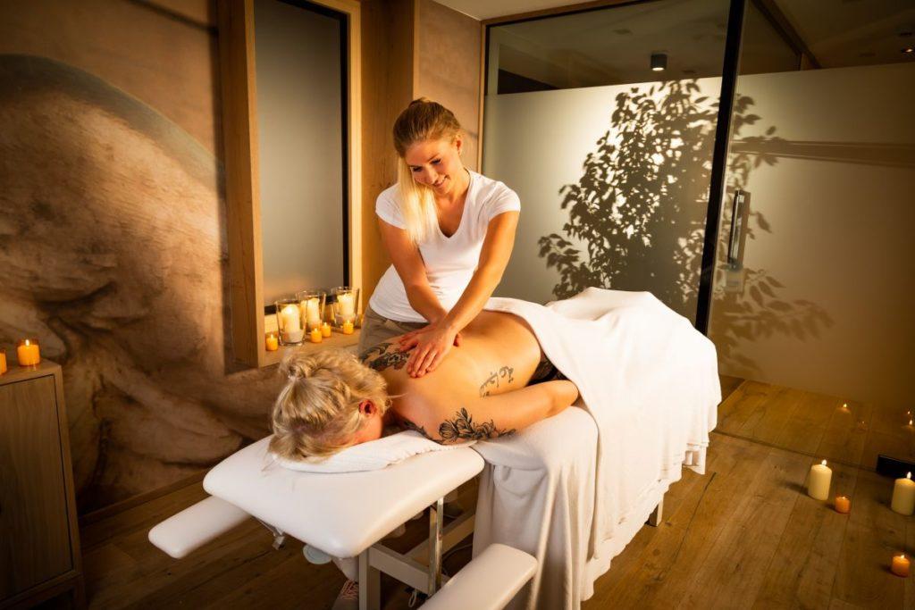 bei einer massage entspannen c werner krug genuss aktivhotel sonnenburg 0 1024x683 - Belebende Aufbruchstimmung im Kleinwalsertal