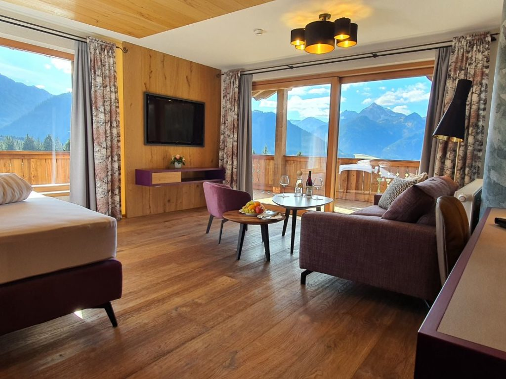 neue suite in warmen holz  und naturtoenen hotel bergblick 1024x768 - Idylle! Neues alpines Hideaway im Tannheimer Tal