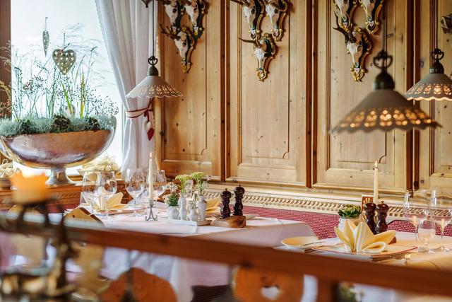 relais chateaux spa hotel jagdhof restaurants hubertusstube a la carte magazin 11 2017 c klocke verlag 47994318702 o - Sprung ins Glück – im Stubaital