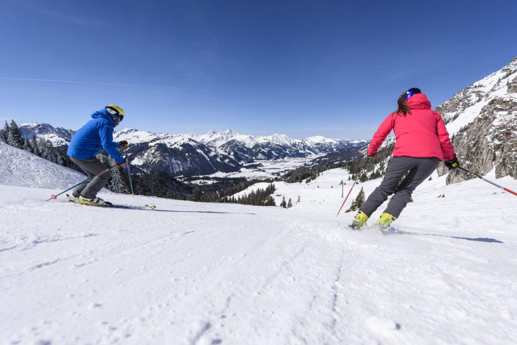 skifahrer nutzen die tollen pisten hotel bergblick 1024x684 - Idylle! Neues alpines Hideaway im Tannheimer Tal
