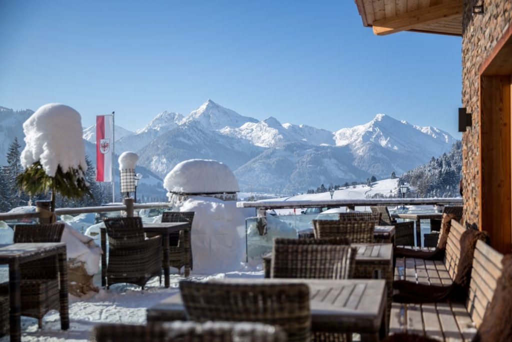 winterliche terrasse hotel bergblick 1024x683 - Idylle! Neues alpines Hideaway im Tannheimer Tal