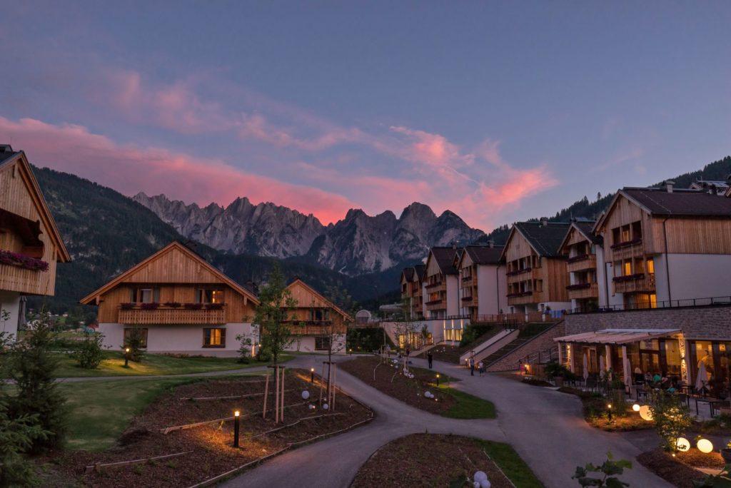"""hotelansicht in der daemmerung c www.360perspektiven.at dachsteinkoenig   familux resort 1024x684 - Im """"innovativsten Familienhotel Europas"""""""