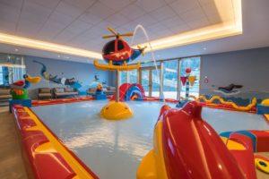 """kinderbecken im hallenbad c www.360perspektiven.at dachsteinkoenig   familux resort 300x200 - Im """"innovativsten Familienhotel Europas"""""""