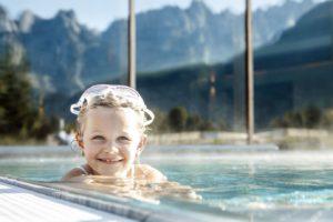 """maedchen beim tauchspass im pool c daniela jakob dachsteinkoenig   familux resort 300x200 - Im """"innovativsten Familienhotel Europas"""""""
