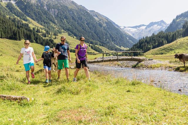familie beim wandern c zillertal arena das alpenwelt resort - Königsleiten: Bergliebe auf den ersten Blick