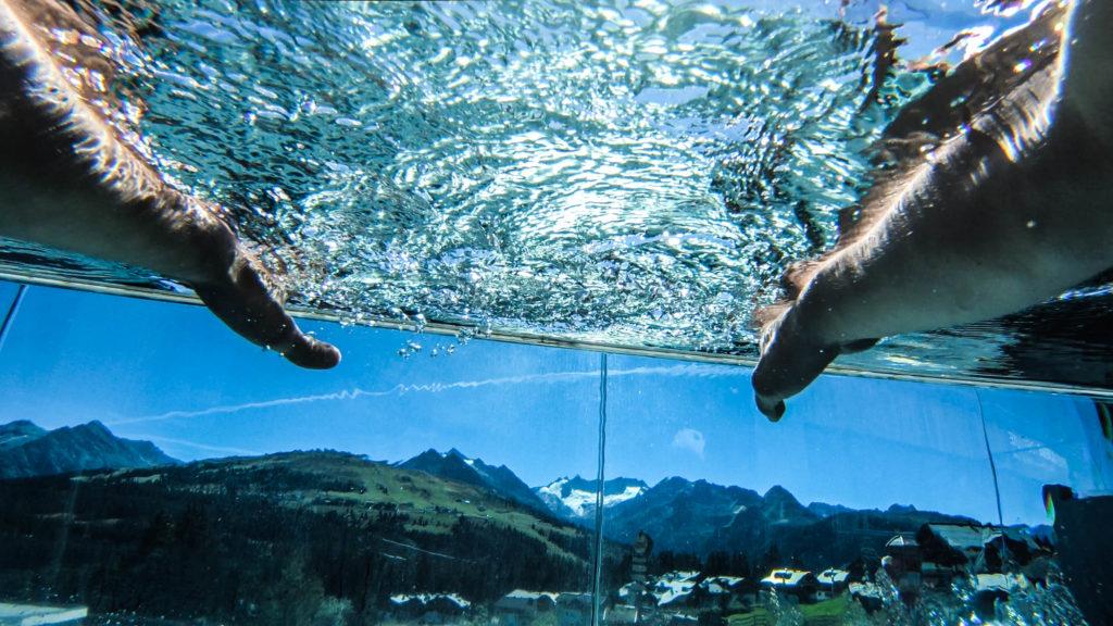 infinity pool mit blick in die berge das alpenwelt resort 1024x576 - Königsleiten: Bergliebe auf den ersten Blick