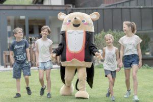 kids mit herrn gorfion hotel gorfion familotel 300x200 - Neue Naturholzsuiten im Gorfion Familotel Liechtenstein