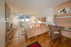 heller wohnzimmerbereich im penthouse apart suiten hotel weiden 300x200 - Quality-Time im Apart & Suiten HOTEL WEIDEN