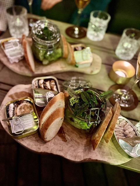 leckere sardinen  und thunfischsorten mit knackigen salat und duftendem brot zillertalerhof alpine hideaway - Fish n' Champagne: 1. Sardinen-Bar Tirols im ZILLERTALERHOF