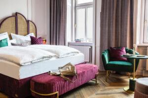 Hotel Josefine Plus Sur Jardin Bett ©Tina Herzl 300x200 - Boutique Hotel Josefine: Reise in die Vergangenheit